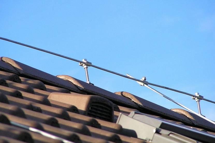 Надо ли заземлять крышу из металлочерепицы?