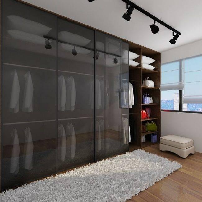 Шкаф-купе во всю стену (41 фото): гостиная со встроенной моделью и телевизором, шкаф-купе в спальню
