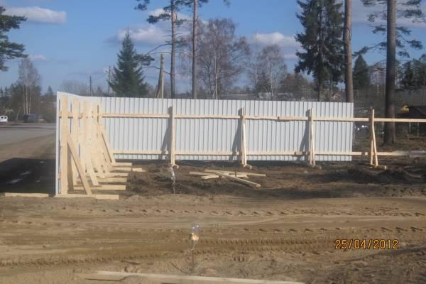 Временный забор на участке дешево своими руками из горбыля: виды, варианты, фото и видео
