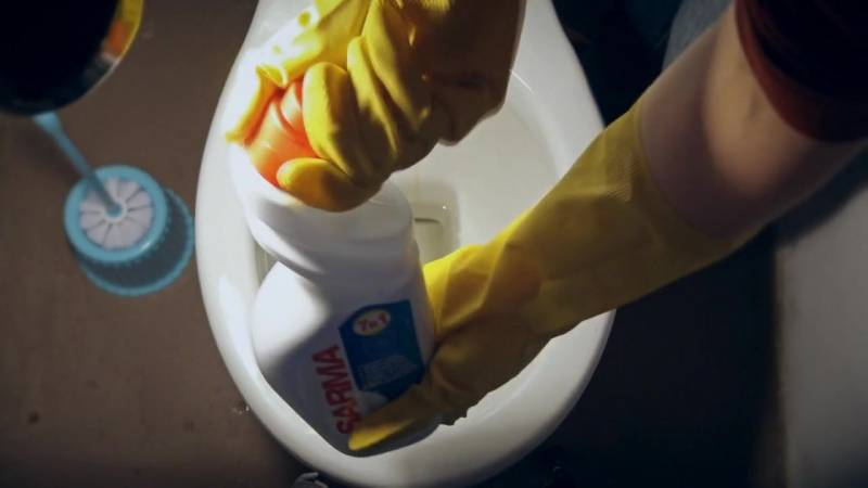 Как очистить унитаз от мочевого камня и известкового налета в домашних условиях при помощи народных средств или бытовой химии