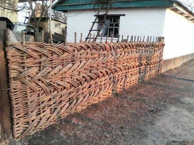 Как сделать плетеный забор тын своими руками: фото и видео