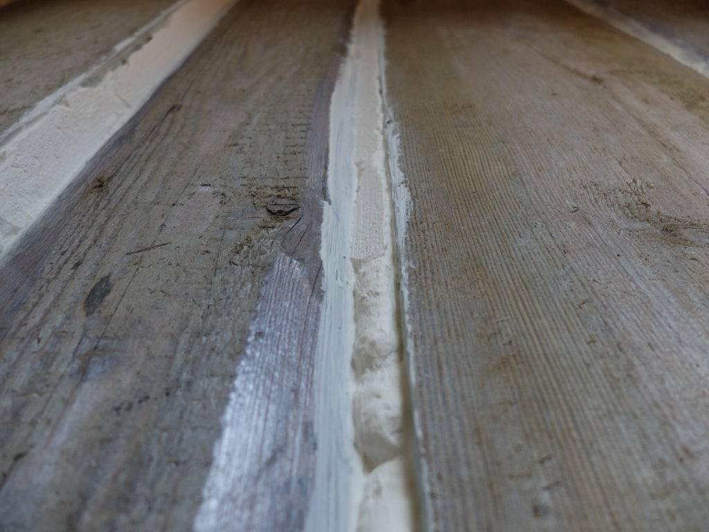 Заделываем щели в деревянном полу самостоятельно