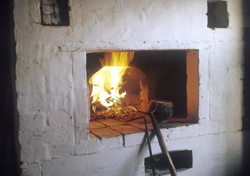 Как правильно топить печку дровами в доме?