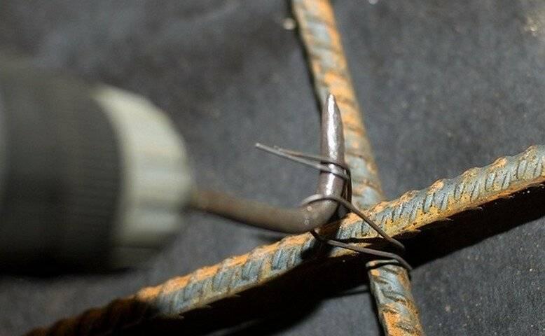 Как вязать арматуру для фундамента и чем проще это делать