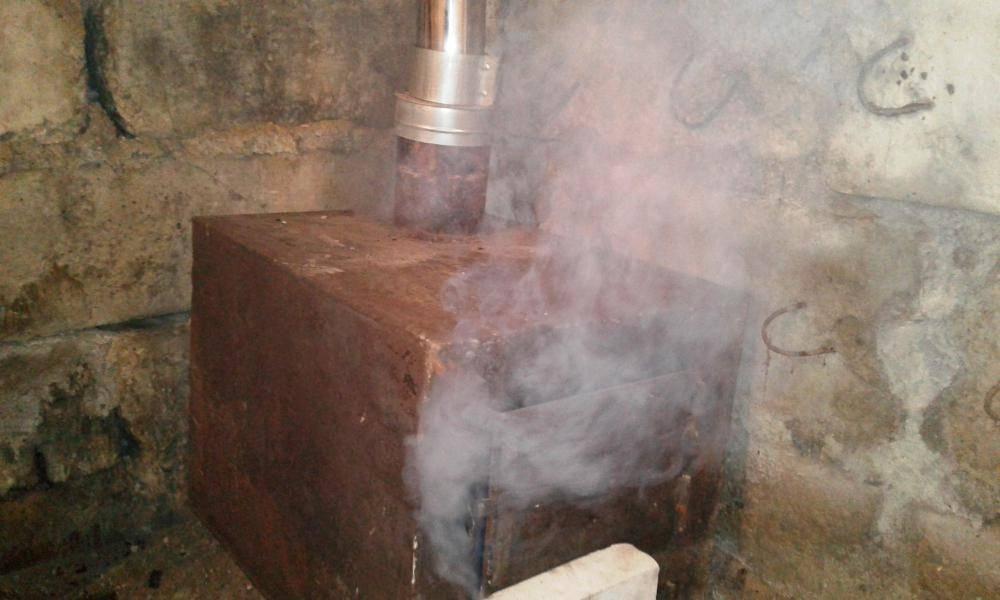 Почему дымит печь: возможные причины и что делать для их устранения