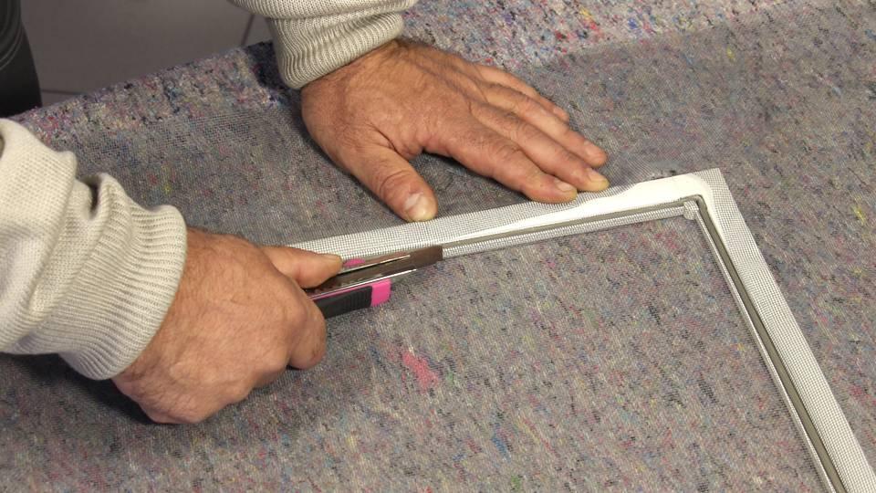 Ремонт сетки на пластиковом окне: как привести москитное полотно в порядок своими руками, самому исправить ручки, поменять держатели, провести иные работы?