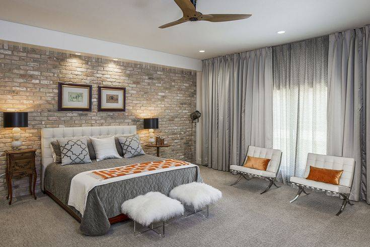 Как совместить обои правильно с декоративным кирпичом, плиткой, камнем и можно ли соединить два вида или разные рисунки, также фото интерьеров кухни и иных комнат