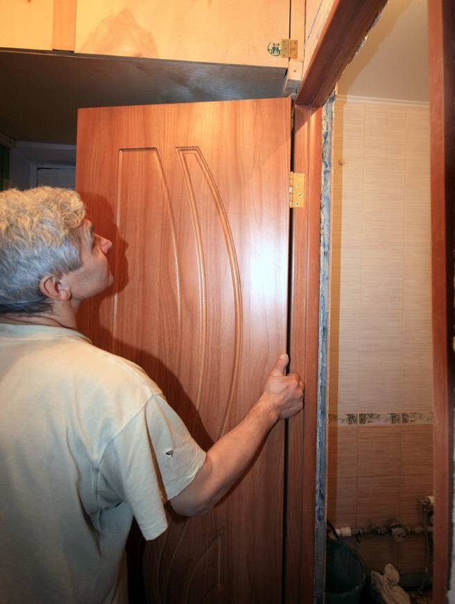 Перекос двери: что делать, если заклинило дверь