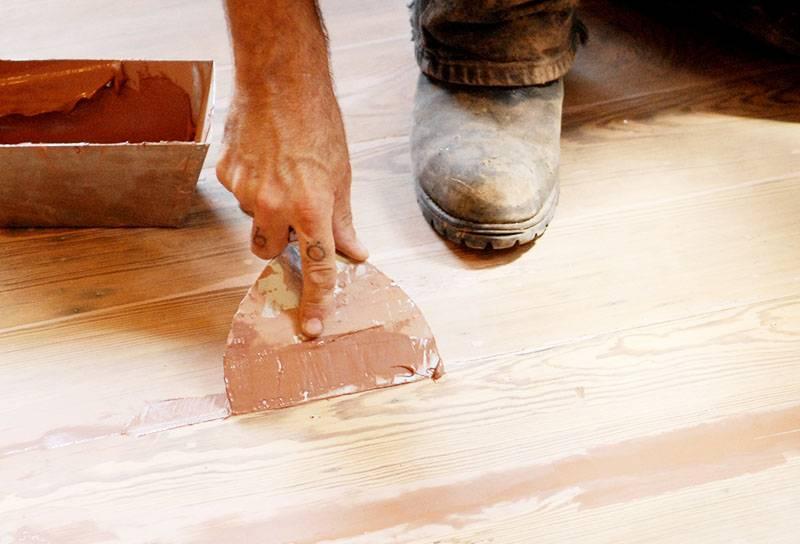 Чем заделать щели в деревянном полу перед покраской, советы