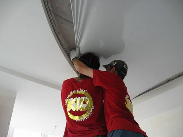 Как сделать ремонт натяжного потолка – порез и способы его заделки своими руками
