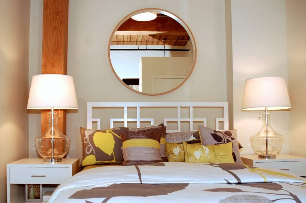 Зеркало в спальне (50 фото): правила размещения тумбы с зеркалом по фен-шуй в дизайне интерьера