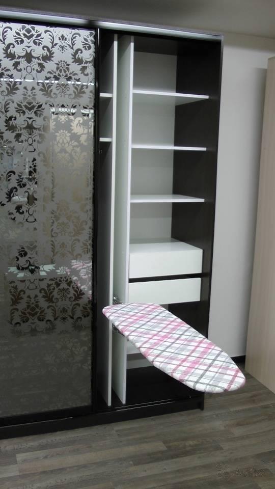 Гладильная доска, встроенная в шкаф [60+ удобных моделей]