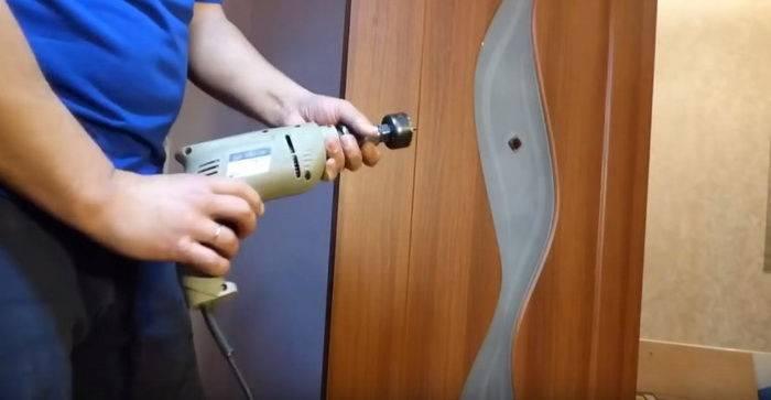 Как вставить замок в деревянную дверь