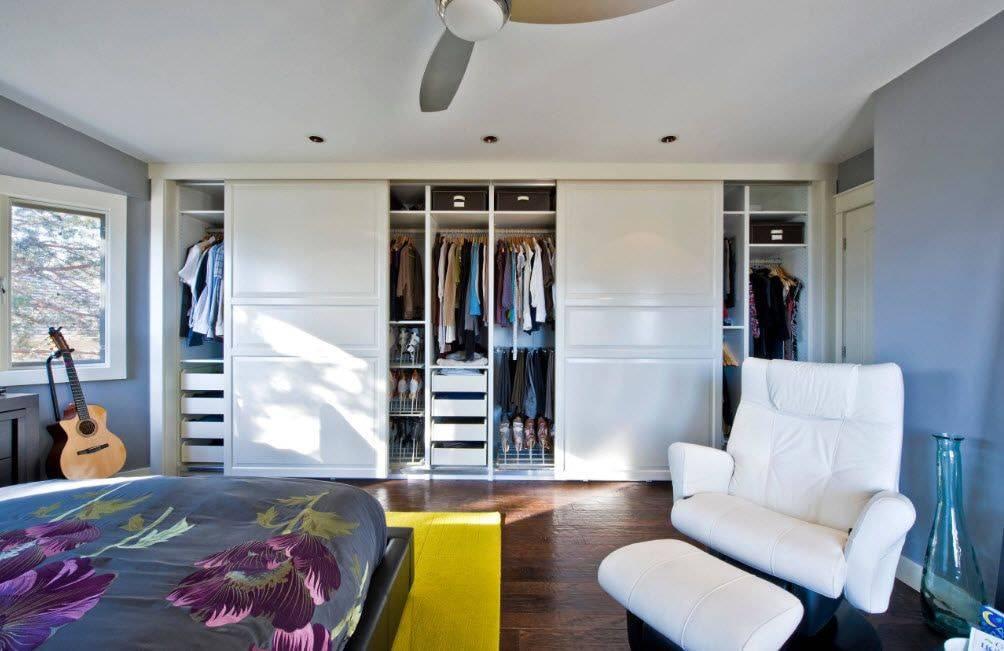 Белые шкафы-купе в спальню: разновидности, выбор и уход