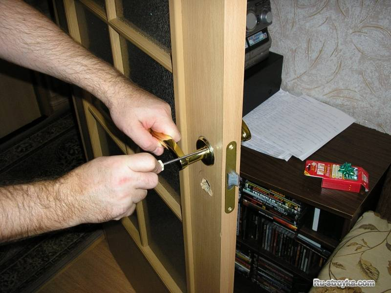 Замок в межкомнатную дверь: как правильно его врезать самому?