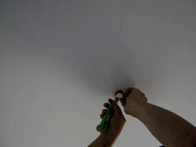 Дырки в натяжном потолке – причины возникновения и варианты устранения