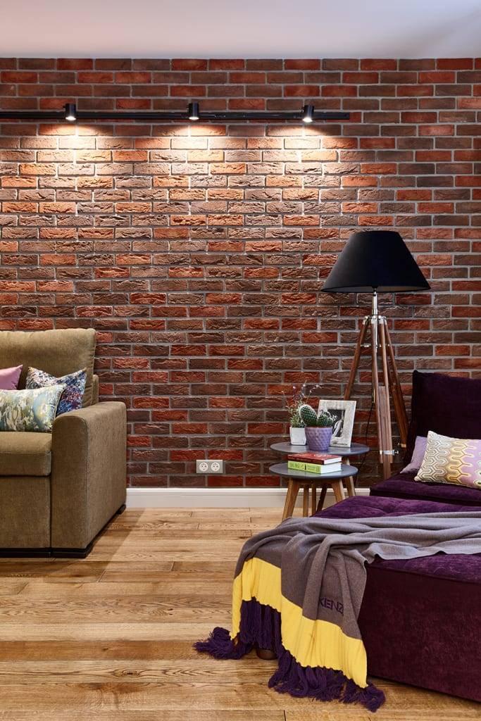 Кирпичная стена в интерьере гостиной (41 фото): примеры использования белого кирпича в интерьере, оформление декоративными кирпичиками комнаты в стиле лофт