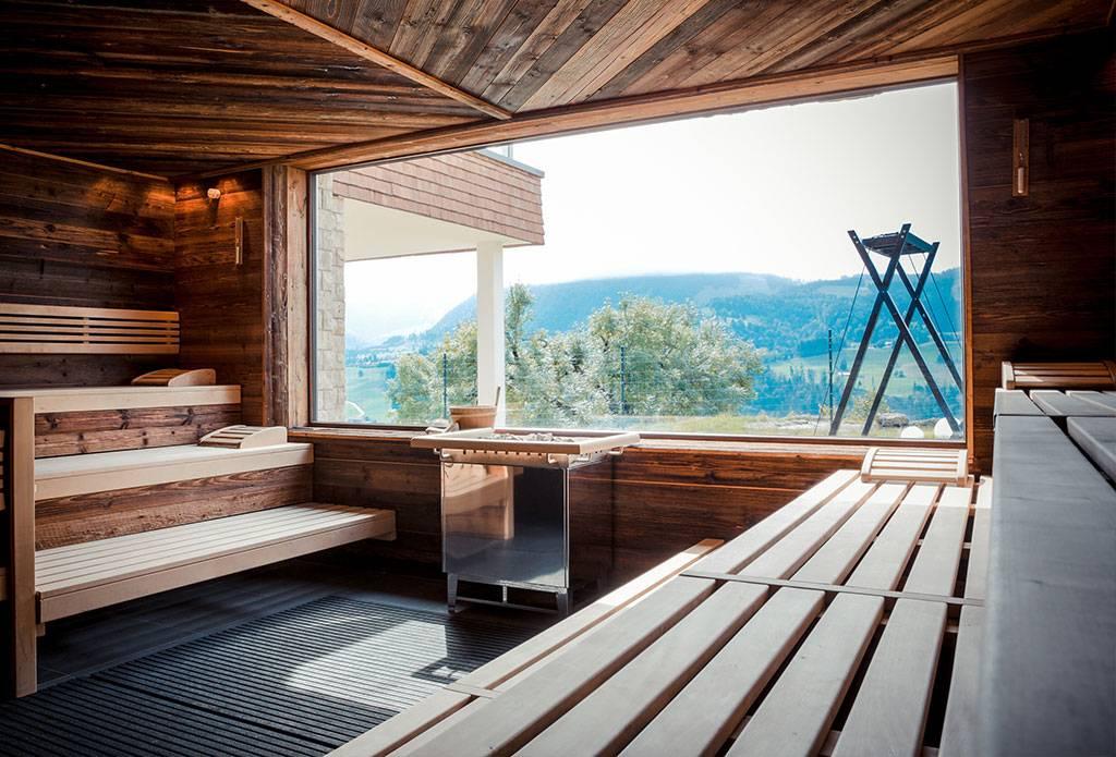 Проект бани с большими панорамными окнами из желтого кирпича, с дровником под одной крышей, фрязино, мо