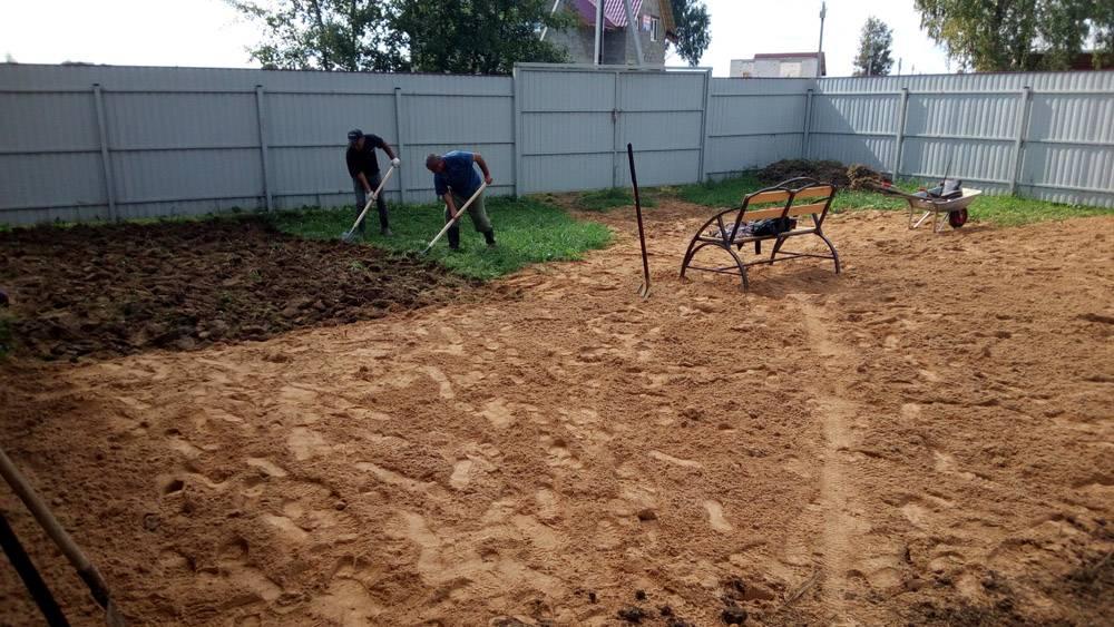 Как выравнивать участок на даче: аренда трактора или делаем все сами?