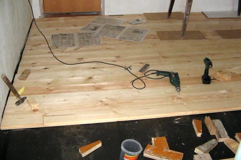 Демонтаж плинтуса: виды и особенности плинтусов, а также демонтаж потолочного, напольного и остальных видов плинтуса