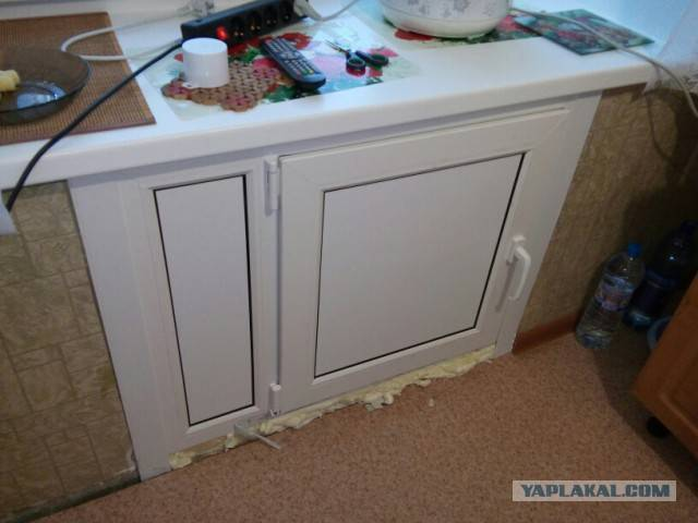 Современная отделка встроенного под окном зимнего холодильника