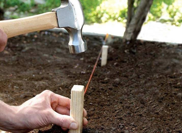 Как выровнять землю под газон?  как сделать ровный почвопокровный газон с травой на даче своими руками? особенности выравнивания площадки
