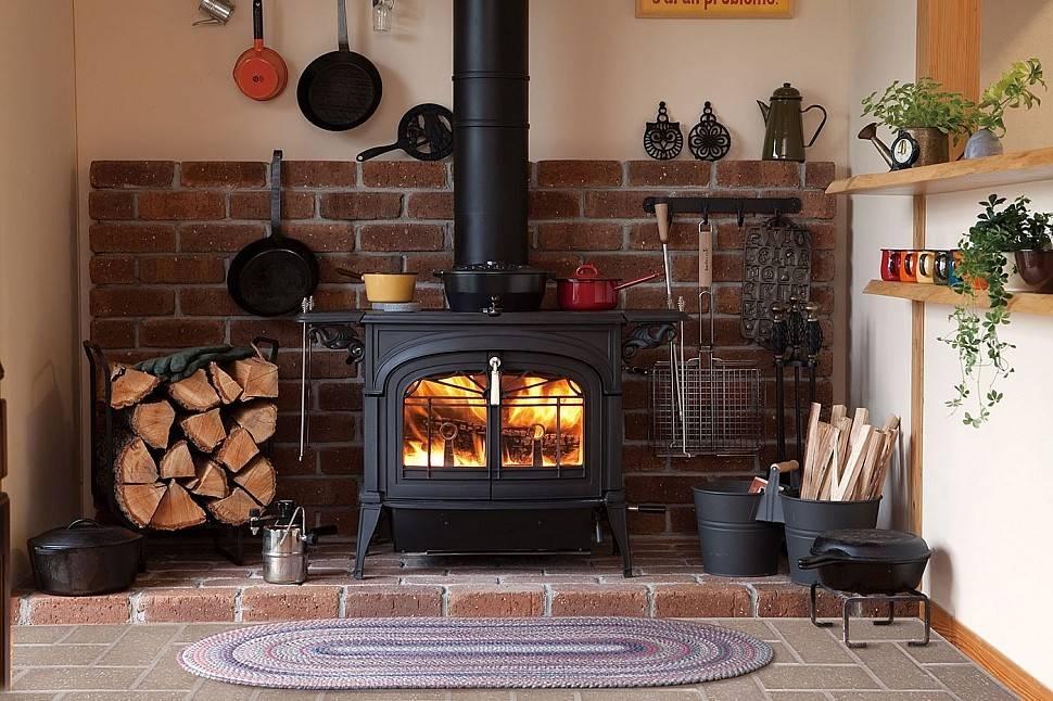 Чугунная печь для дома на дровах для отопления, основание под дровяную печку камин из чугуна в деревянной постройке, её установка