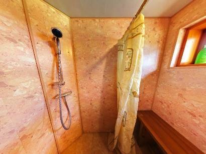 Устройство моечной в бане: отделка душевой в деревянной бане, дизайн помывочной с плиткой, чем отделать и обшить, интерьер, стены, мойка из кафеля, моечное отделение на фото и видео