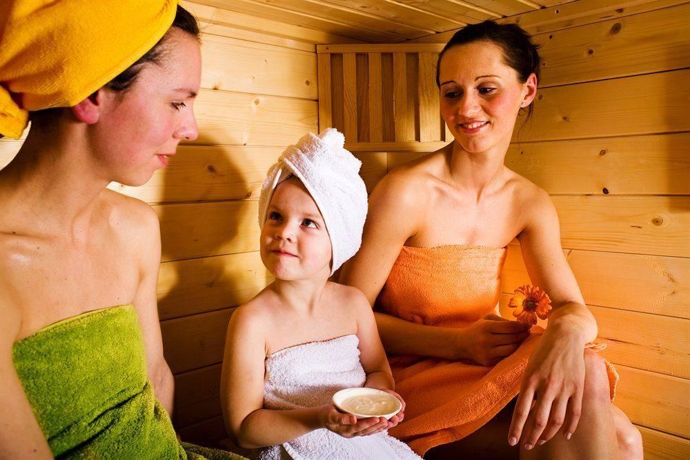 С какого возраста ребенку можно в баню — безопасность младенца