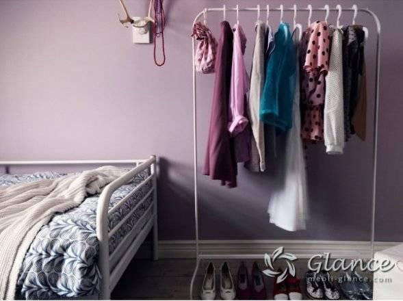 Одежда – как хранить в комнате без шкафа?