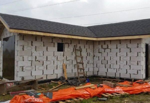 Этапы и особенности строительства бани из пеноблоков