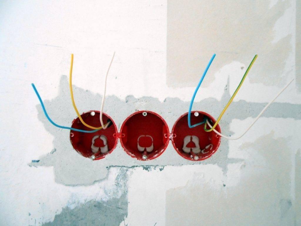 Как установить подрозетник в бетонную стену и гипсокартон: монтаж стакана для розетки