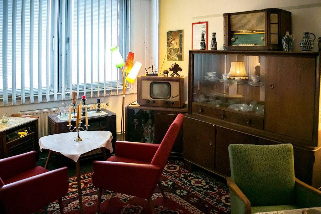 Советская мебель в современном интерьере, буфет 50-х годов и винтажные мягкие стулья