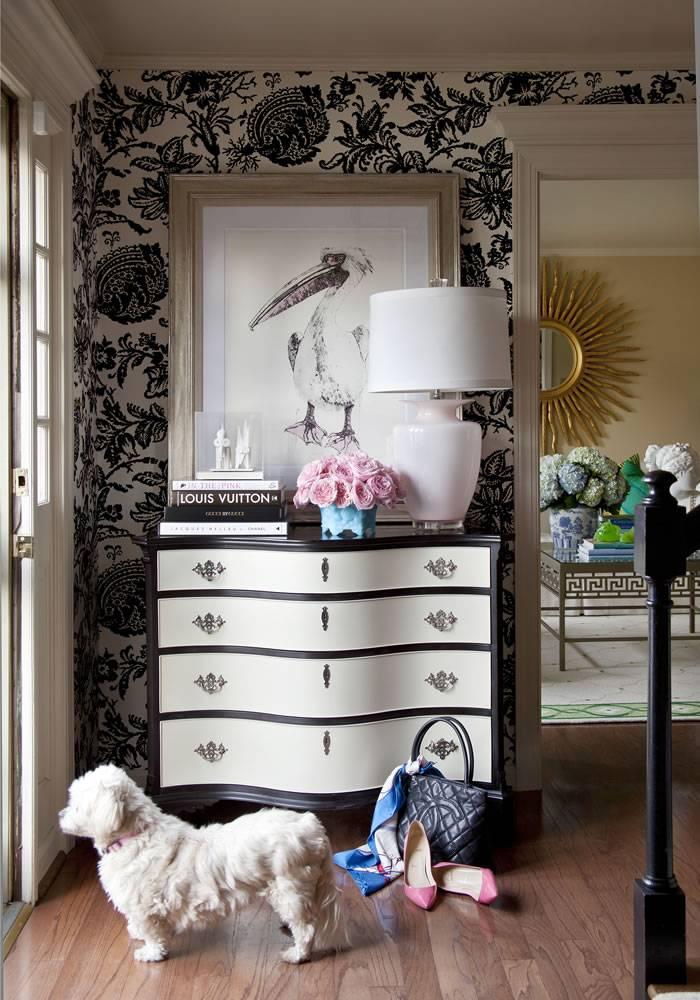 Комоды в гостиную (58 фото): угловой или прямой, большие и маленькие современные тумбы в интерьере, модели в стиле «классика» со стеклом