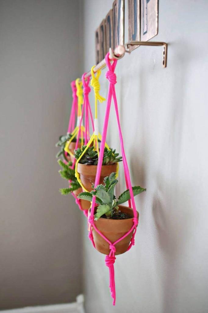 Декор цветочных горшков, как украсить пластиковое ведро под цветы: оригинальные и необычные идеи  - 36 фото