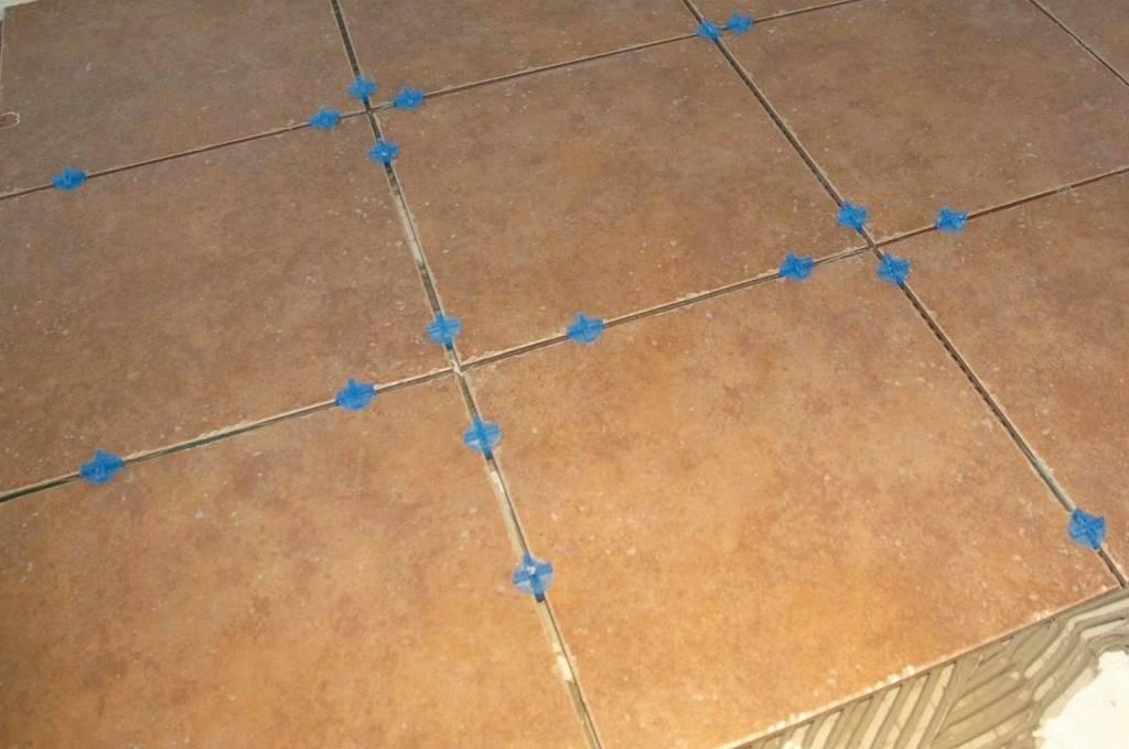 Вместо крестиков для укладки плитки. укладка кафеля с использованием системы выравнивания плитки свп.   лайфхаки
