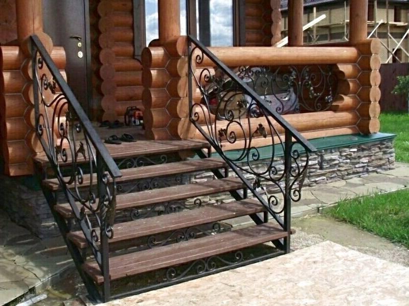 Деревянные лестницы с ковкой
