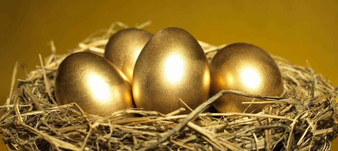 Сауна solar egg в виде зеркального золотого яйца в шведском кируна - информационные технологии для милых леди