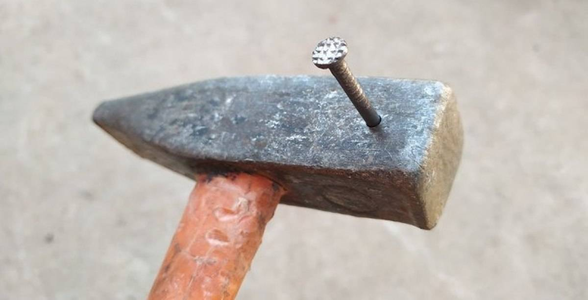 Как пользоваться молотком и правильно забивать гвозди? обзор +видео