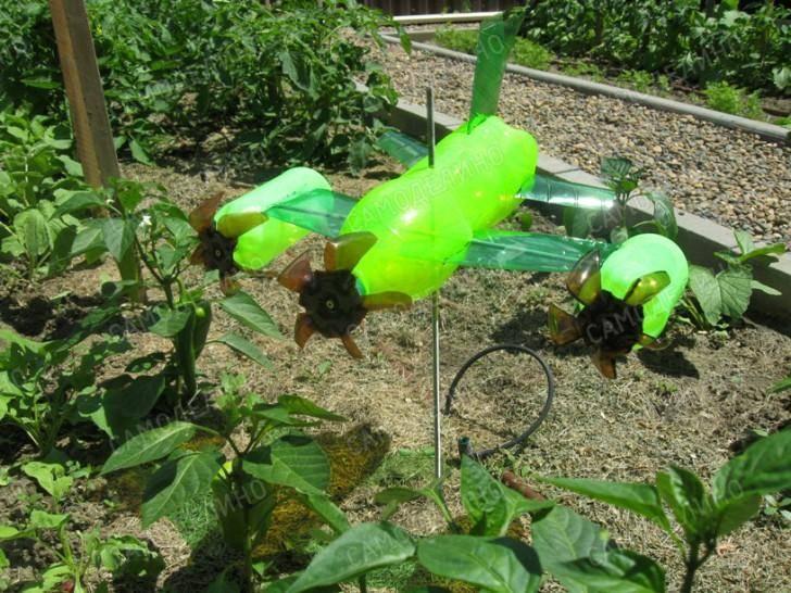 Вертушка из пластиковой бутылки — простая и полезная поделка для сада. пошаговая инструкция по изготовлению .
