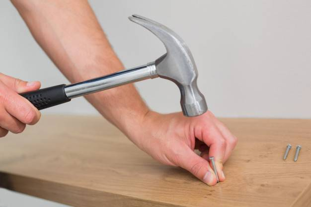 Как забить гвоздь без молотка: действенные способы