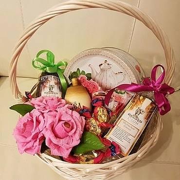 Подарочные корзины своими руками: универсальный подарок на любой случай. советы по оформлению, наполнению, идеи. 100 фото готовых подарочных корзин