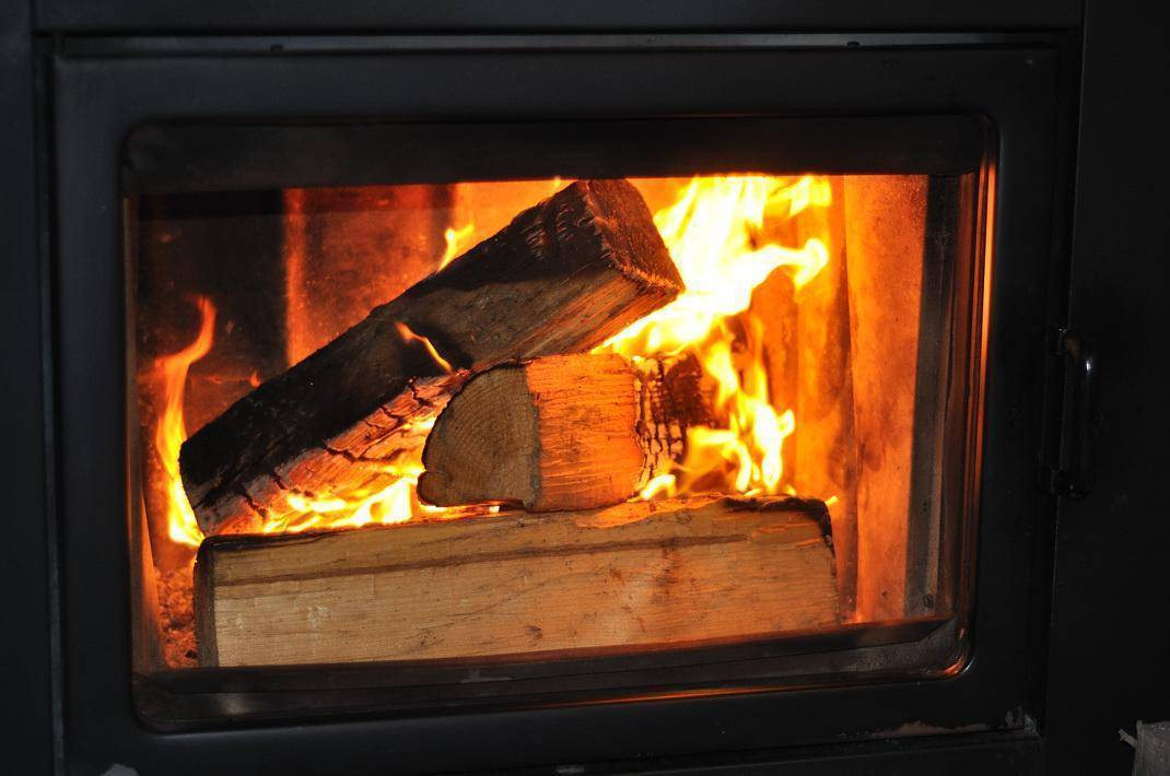 Как правильно топить дровами? 9 способов продлить горение дров, увеличить теплоотдачу и экономить дрова